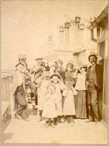 (c) Familia Portela
